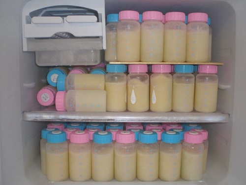 Vắt và bảo quản sữa mẹ đúng cách