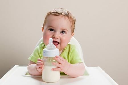 Dùng sữa bột cho bé theo từng độ tuổi